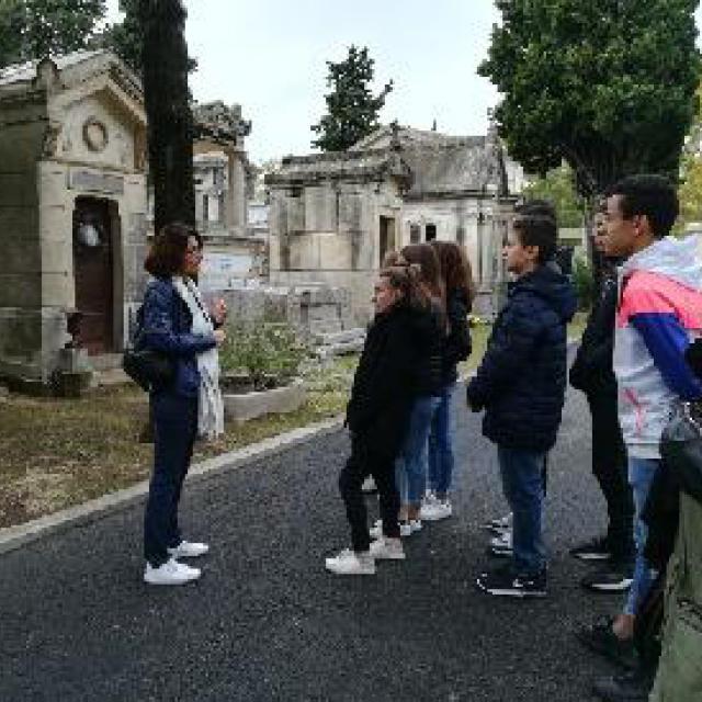 Les élèves ont déposé les gerbes de fleurs avec les autorités et entonné la Marseillaise avec fierté.